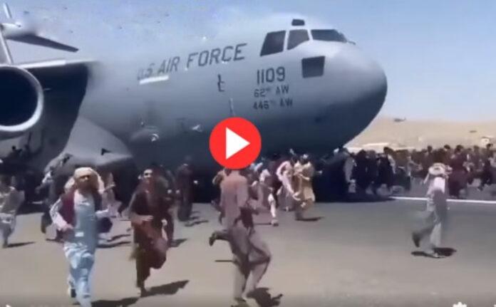 افغان شہریوں کی امریکی طیارے کے ساتھ بھاگنے کی کوشش، خوفناک ویڈیو سوشل میڈیا پر وائرل