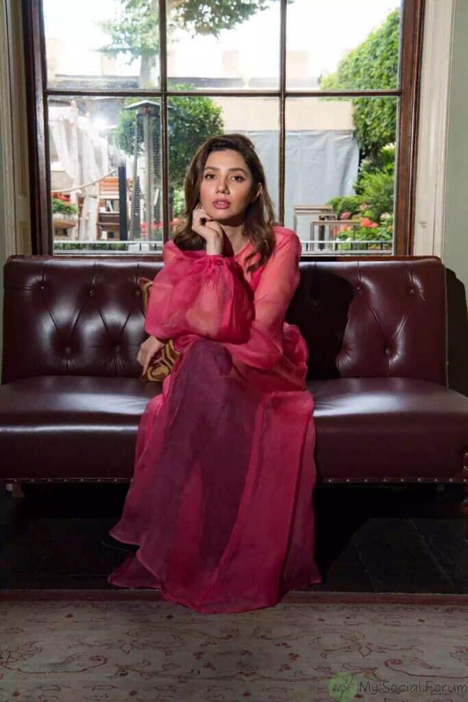 mahira khan in red